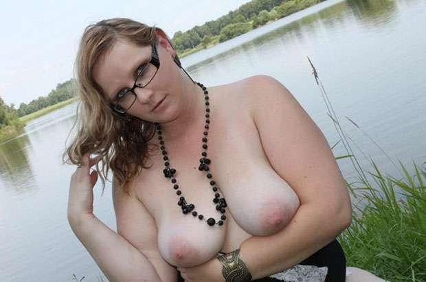 blonde titten schlampe zeigt voellig umsonst im cam2cam webcam sexchat ihre haengetitten