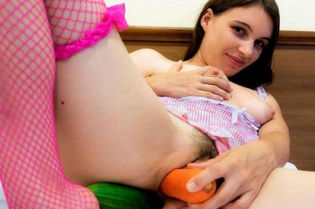 versautes webcam luder fickt sich im sexchat die behaarte muschi mit einer karotte