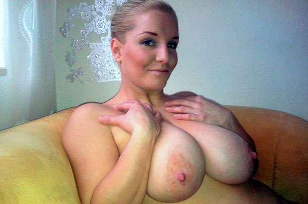 vollbusige webcam sex schlampe zeigt ihre dicken moepse beim gratis sex chatten
